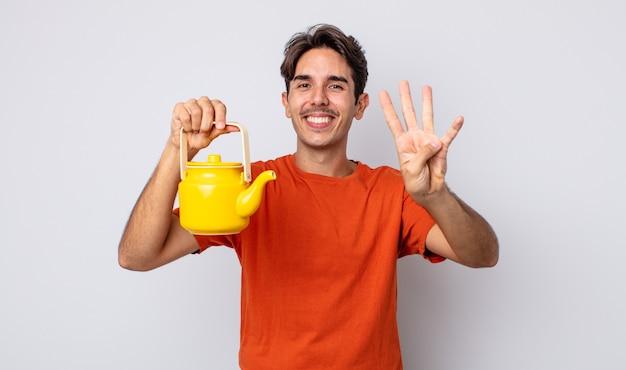 Junger hispanischer mann, der lächelt und freundlich aussieht und nummer vier zeigt. teekannenkonzept