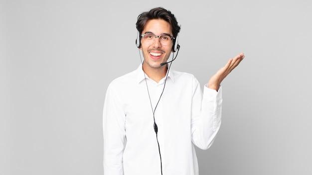 Junger hispanischer mann, der sich glücklich fühlt, überrascht, eine lösung oder idee zu verwirklichen. telemarketing-konzept