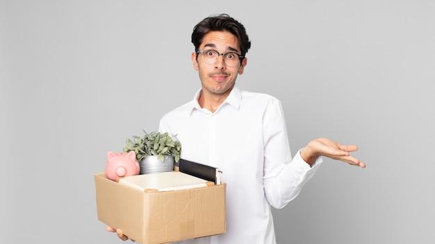 Junger hispanischer mann, der sich verwirrt und verwirrt fühlt und zweifelt. kündigungskonzept