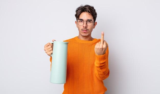 Junger hispanischer mann, der sich wütend, verärgert, rebellisch und aggressiv fühlt. thermos-konzept