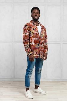 Junger hübscher afrikanischer mann