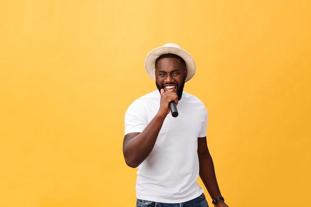 Junger hübscher afroamerikanerjunge, der emotional mit lokalisiertem mikrofon singt