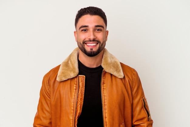 Junger hübscher arabischer mann, der isoliert lächelt