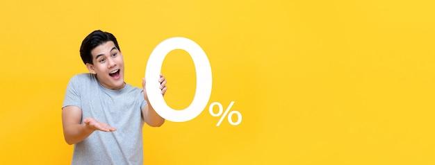 Junger hübscher asiatischer mann bieten 0% an