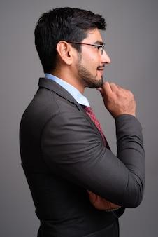 Junger hübscher bärtiger persischer geschäftsmann, der brillen trägt