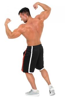 Junger hübscher bodybuildermann, der für eignungsmodetrieb aufwirft. isoliert auf weiss