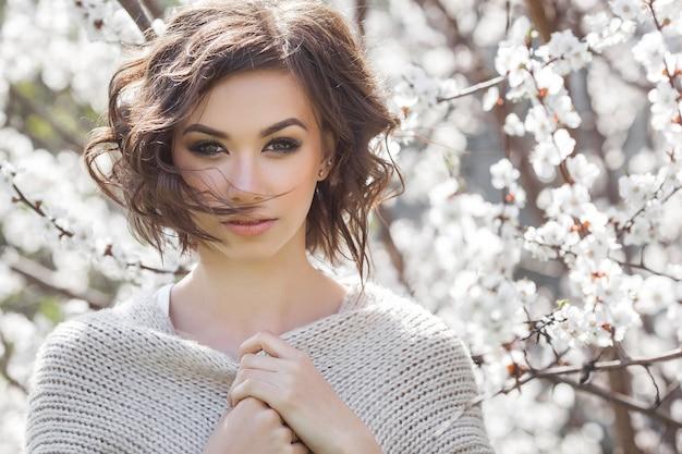 Junger hübscher brunettefrauenabschluß herauf porträt draußen.