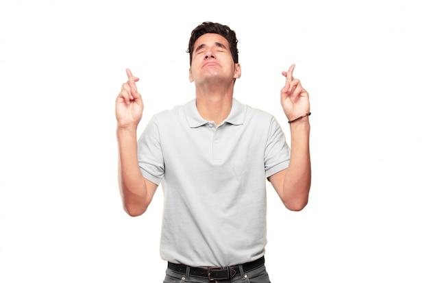Junger hübscher gebräunter mann, der ein aufrichtiges, ehrenwertes versprechen oder einen eid macht, feierlich schwört mit einem ha