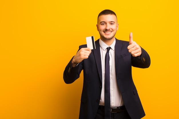 Junger hübscher geschäftsmann gegen flaches hintergrundgeldkonzept