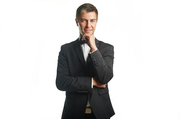 Junger hübscher geschäftsmann im schwarzen anzug