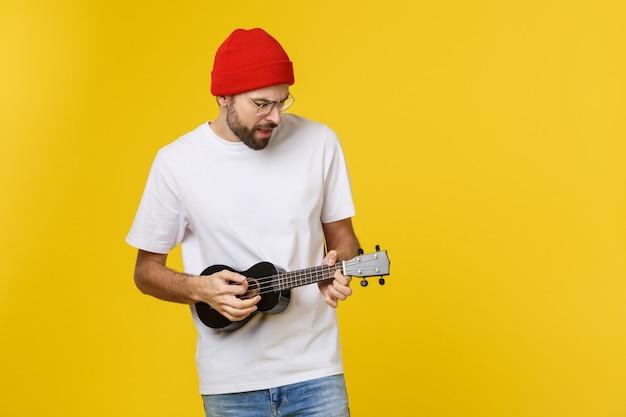 Junger hübscher gitarrist.