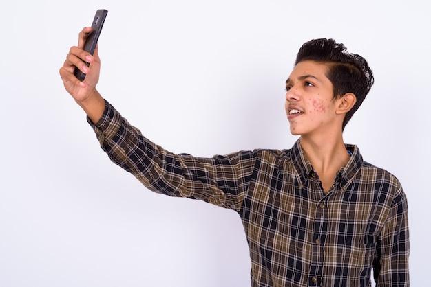 Junger hübscher indischer hipster-teenager auf weiß