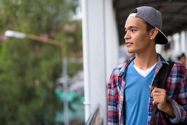 Junger hübscher indischer mann, der die stadt bangkok, thailan erkundet