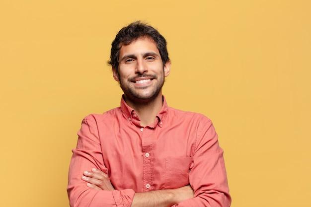 Junger hübscher indischer mann. glücklicher und überraschter ausdruck
