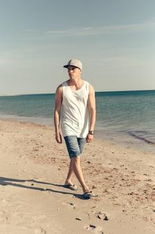 Junger hübscher mann am strand