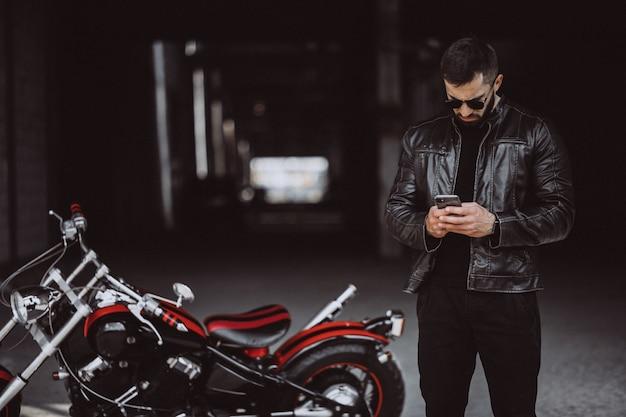Junger hübscher mann auf motorrad