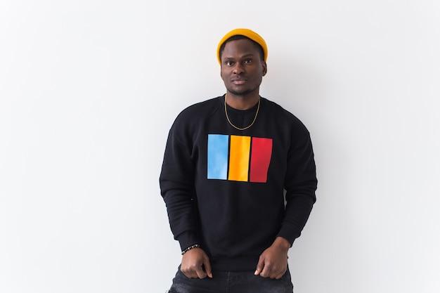 Junger hübscher mann mit einer afro-frisur