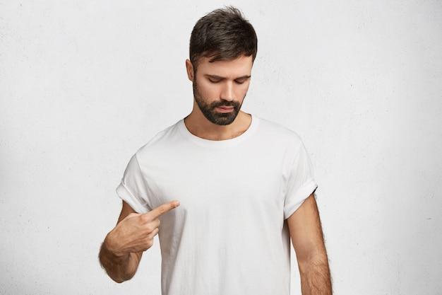 Junger hübscher mann mit weißem t-shirt