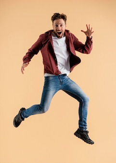 Junger hübscher mann springend