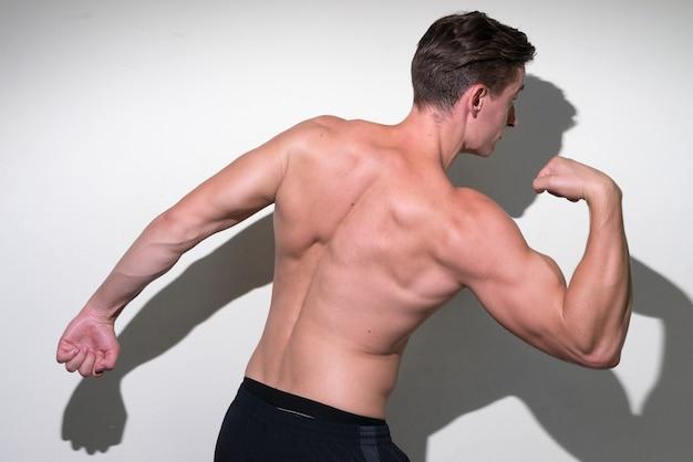 Junger hübscher muskulöser mann mit braunem haar ohne hemd