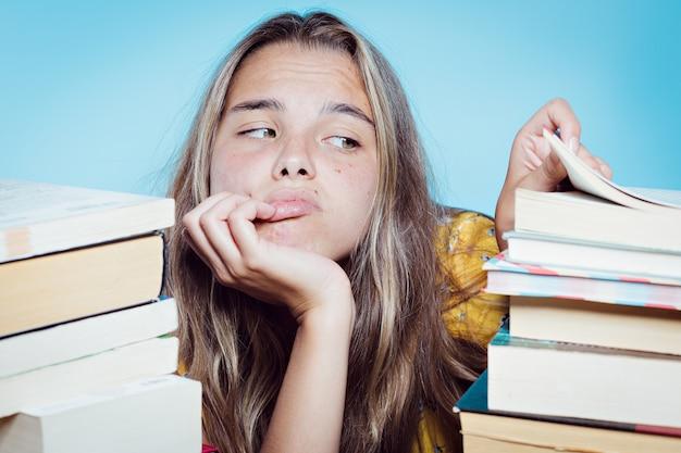 Junger hübscher student mit büchern überwältigt