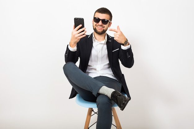 Junger hübscher stylischer hipster-mann in junger jacke
