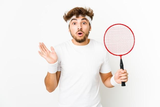 Junger inder, der badminton spielt, überrascht und schockiert.