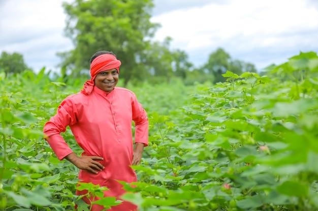 Junger indischer bauer am baumwollfeld