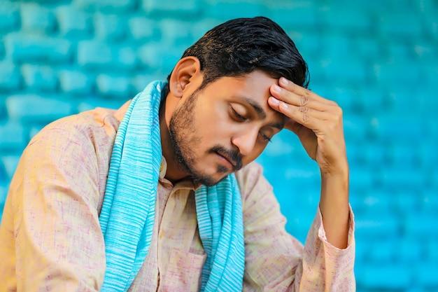 Junger indischer bauer in depression.