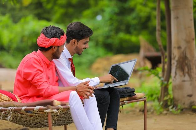 Junger indischer bauer und agronom oder bankier diskutieren zu hause