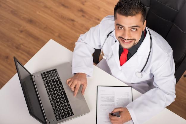 Junger indischer doktor in der klinik.