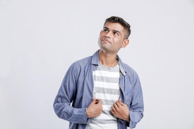 Junger indischer mann, der ausdruck auf weiß zeigt