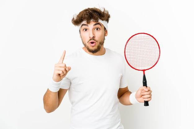 Junger indischer mann, der badminton spielt, das eine idee, inspirationskonzept hat.