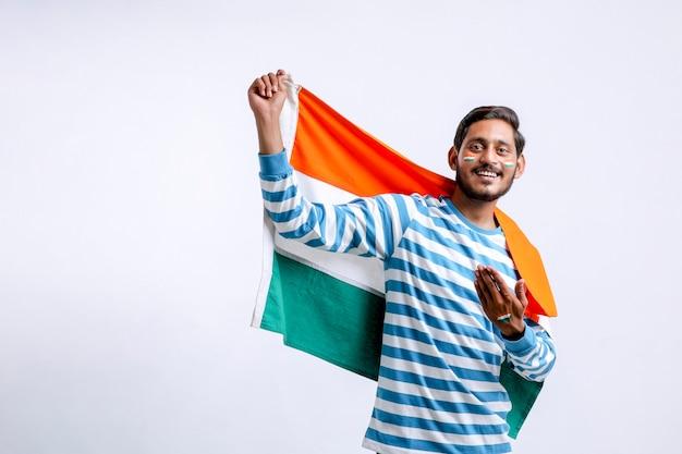 Junger indischer mann, der den tag der indischen republik oder den tag der unabhängigkeit feiert