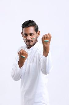 Junger indischer mann, der den tag der indischen unabhängigkeit oder den tag der republik feiert