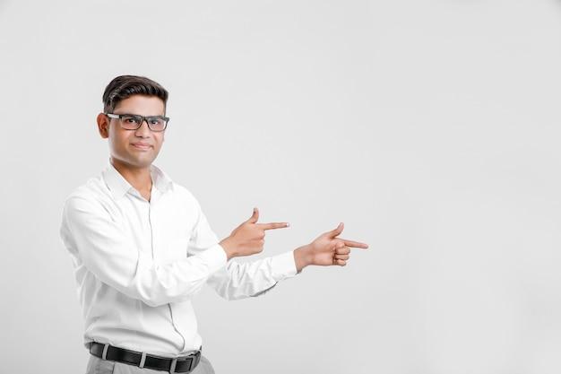 Junger indischer mann, der richtung mit der hand zeigt