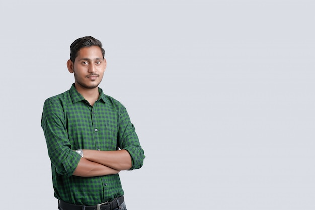 Junger indischer mann, der über weiß steht