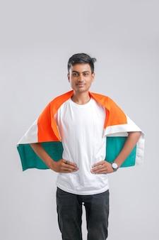 Junger indischer mann mit indischer flagge