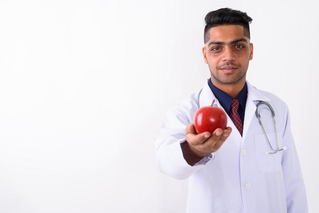 Junger indischer mannarzt auf weiß