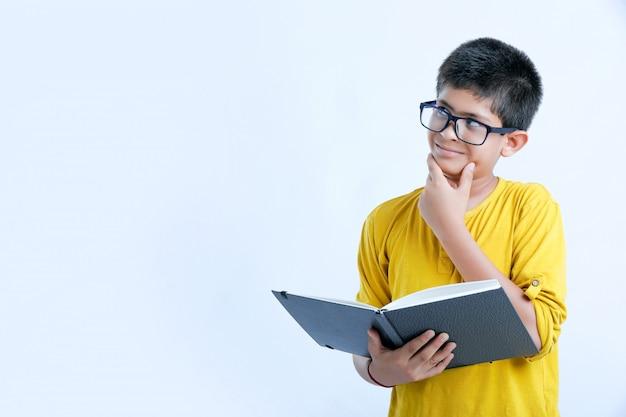 Junger indischer netter junge mit notizbuch