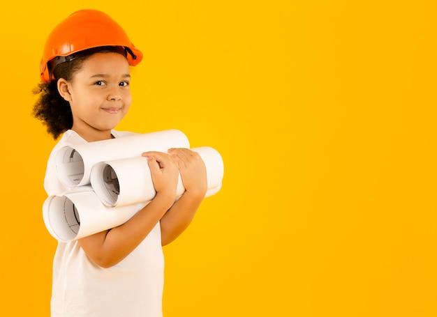 Junger ingenieur, der projekte hält, kopiert platz