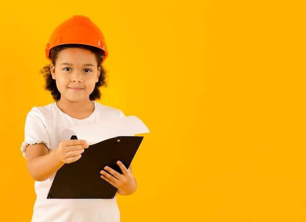 Junger ingenieur, der projektkopierraum hält