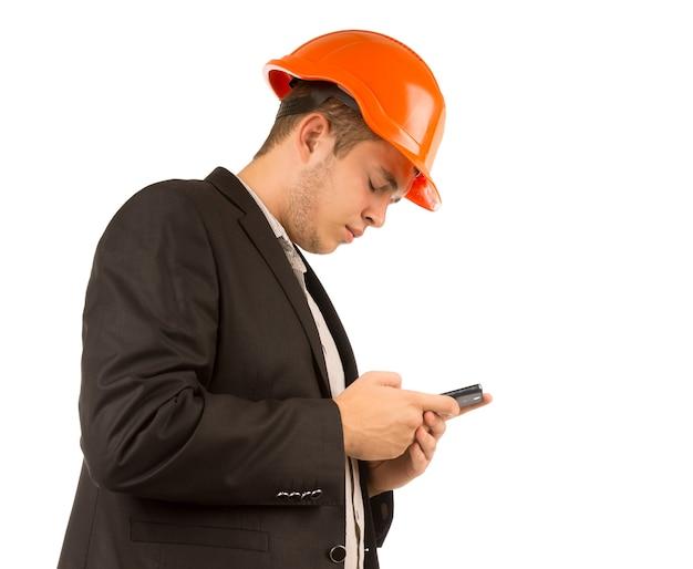 Junger ingenieur oder architekt, der eine sms liest