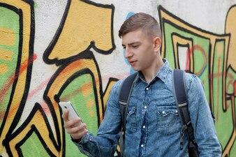 Junger Jugendlicher mit ihrem Handy