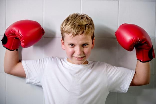 Junger junge, der bestrebt ist, ein boxer zu werden