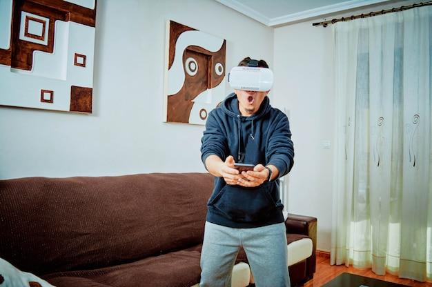 Junger junge, der videospiele mit gläsern 3d spielt