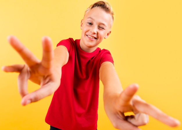 Junger junge des niedrigen winkels, der handansicht zeigt