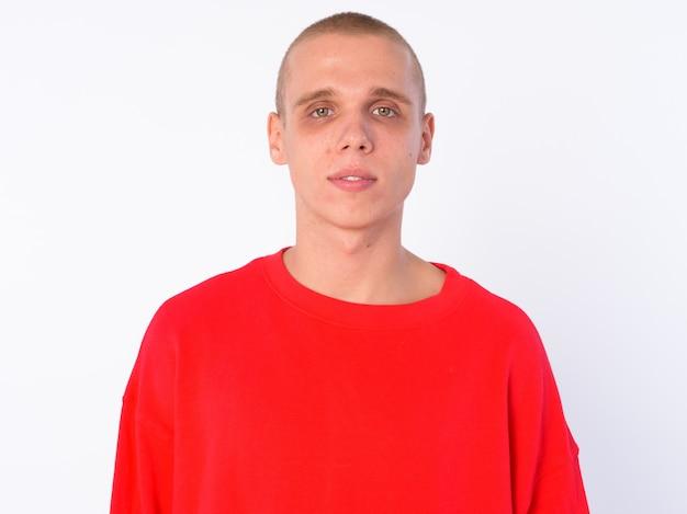 Junger kahler mann isoliert gegen weiße wand