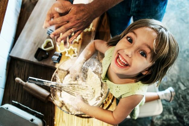 Junger kaukasischer bäcker