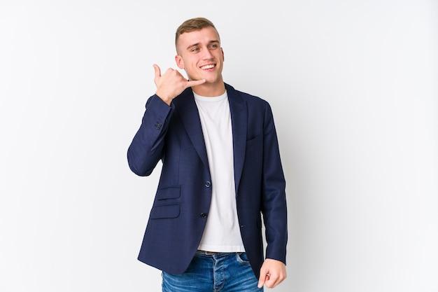 Junger kaukasischer geschäftsmann, der eine handy-anrufgeste mit den fingern zeigt.